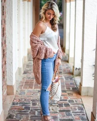 Как и с чем носить: розовый вязаный открытый кардиган, белая сатиновая майка, синие рваные джинсы скинни, бежевые замшевые босоножки на каблуке