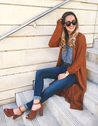Как и с чем носить: табачный вязаный открытый кардиган, серая майка, темно-синие джинсы скинни, табачные замшевые босоножки на каблуке