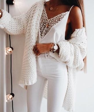Как и с чем носить: белый вязаный открытый кардиган, белая кружевная майка, белые джинсы скинни, золотая подвеска