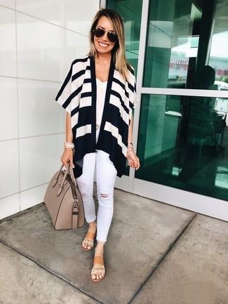Как и с чем носить: бело-черный открытый кардиган в горизонтальную полоску, белая кружевная майка, белые рваные джинсы скинни, светло-коричневые кожаные сандалии на плоской подошве