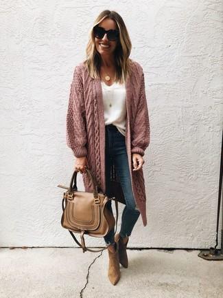 Как и с чем носить: розовый вязаный открытый кардиган, белая кружевная майка, темно-синие рваные джинсы скинни, коричневые замшевые ботильоны
