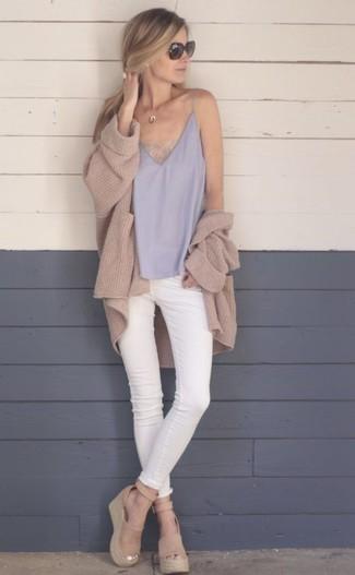 Как и с чем носить: светло-коричневый вязаный открытый кардиган, серая шелковая майка, белые джинсы скинни, светло-коричневые замшевые босоножки на танкетке