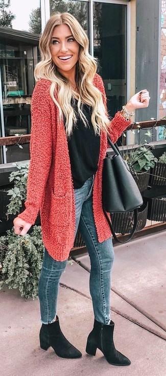 Как и с чем носить: красный открытый кардиган с рельефным рисунком, черная майка, синие джинсы скинни, черные замшевые ботильоны