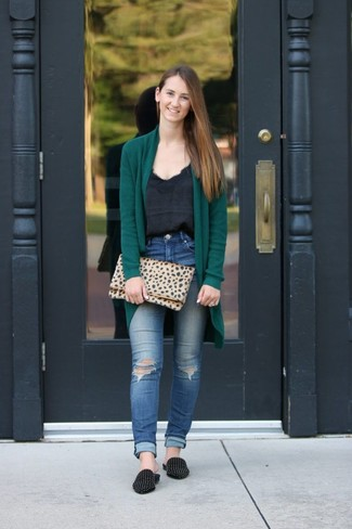Как и с чем носить: темно-зеленый открытый кардиган, черная шелковая майка, синие рваные джинсы скинни, черные замшевые лоферы с шипами