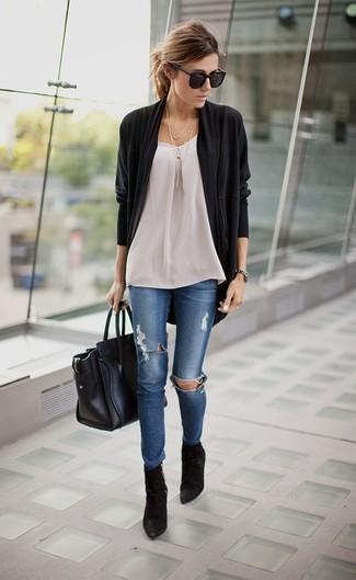 Сочетание черного открытого кардигана и синих рваных джинсов скинни подчеркнет твой индивидуальный стиль. Разнообразить образ и добавить в него немного классики помогут черные замшевые ботильоны.
