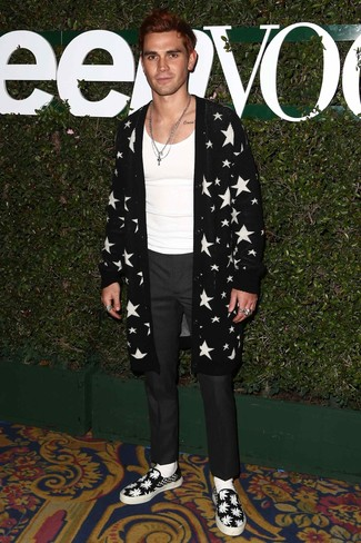 Как и с чем носить: черно-белый открытый кардиган со звездами, белая майка, темно-серые классические брюки, черно-белые слипоны из плотной ткани с принтом