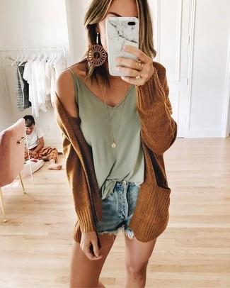 Светло-коричневые серьги: с чем носить и как сочетать: Образ из табачного открытого кардигана и светло-коричневых серёг - самый простой из возможных ансамблей для активного отдыха.