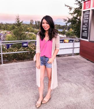 Как и с чем носить: розовый открытый кардиган, ярко-розовая шелковая майка, синие джинсовые шорты, светло-коричневые кожаные балетки