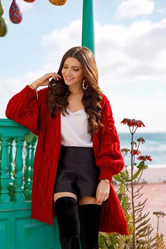 Как и с чем носить: красный вязаный открытый кардиган, белая шелковая майка, черные сатиновые шорты, черные замшевые ботфорты
