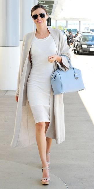 Как Miranda Kerr носит Серый открытый кардиган, Белое облегающее платье, Серые кожаные босоножки на каблуке, Голубая кожаная сумка-саквояж