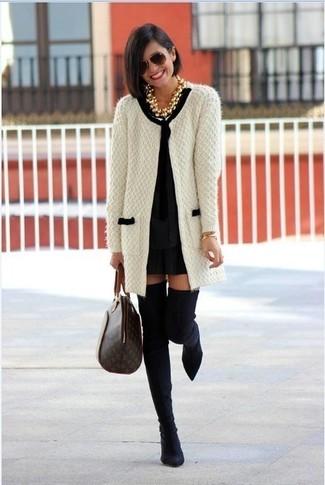 Как и с чем носить: бело-черный вязаный открытый кардиган, черное платье прямого кроя, черные замшевые ботфорты, темно-коричневая кожаная большая сумка с принтом