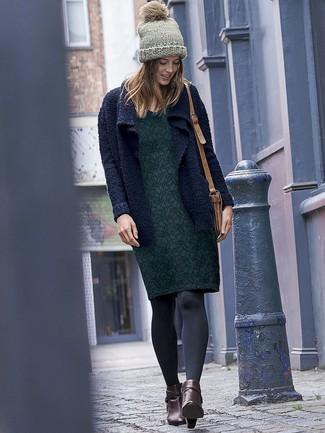 Как и с чем носить: темно-синий вязаный открытый кардиган, темно-зеленое платье-футляр с цветочным принтом, темно-коричневые кожаные ботильоны, светло-коричневая кожаная сумка через плечо