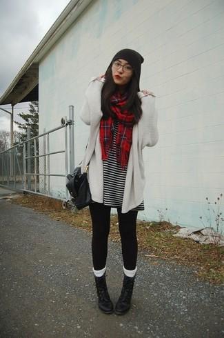 Как и с чем носить: белый вязаный открытый кардиган, черно-белое повседневное платье в горизонтальную полоску, черные леггинсы, черные кожаные ботинки на шнуровке