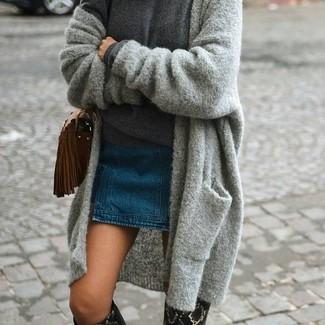 Как и с чем носить: серый вязаный открытый кардиган, темно-серый свитер с круглым вырезом, синяя джинсовая мини-юбка, черные кожаные сапоги со змеиным рисунком