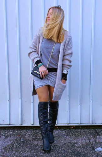 Как и с чем носить: серый вязаный открытый кардиган, серый свитер с круглым вырезом, серая мини-юбка, черные кожаные ботфорты