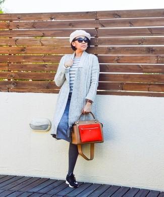 Как и с чем носить: серый открытый кардиган, белый свитер с круглым вырезом в горизонтальную полоску, синяя юбка-трапеция, черные кроссовки