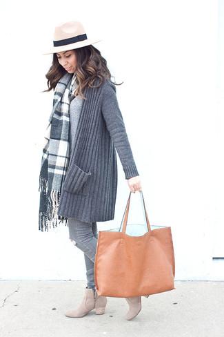 Как и с чем носить: серый вязаный открытый кардиган, серый свитер с v-образным вырезом, серые рваные джинсы скинни, бежевые замшевые ботильоны