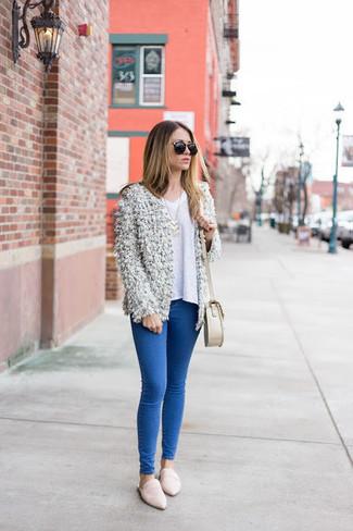 Как и с чем носить: белый пушистый открытый кардиган, белый свитер с v-образным вырезом, синие джинсы скинни, белые кожаные лоферы