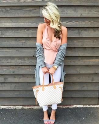 Как и с чем носить: серый открытый кардиган, розовый топ без рукавов с рюшами, белые джинсы скинни, серые кожаные босоножки на каблуке