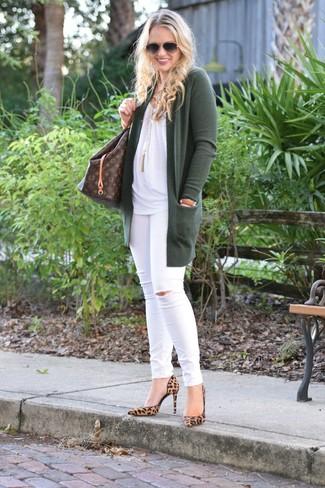 Как и с чем носить: темно-зеленый открытый кардиган, белый топ без рукавов, белые рваные джинсы скинни, светло-коричневые замшевые туфли с леопардовым принтом