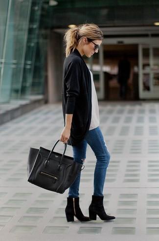 Черный открытый кардиган и синие рваные джинсы скинни — необходимые вещи в гардеробе любительниц стиля casual. Что касается обуви, можно отдать предпочтение классическому стилю и выбрать черные замшевые ботильоны.