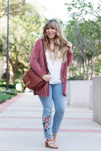 Как и с чем носить: розовый вязаный открытый кардиган, белый шелковый топ без рукавов, голубые джинсы с вышивкой, коричневые кожаные босоножки на каблуке с шипами