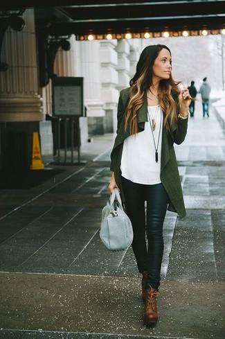 Как и с чем носить: темно-зеленый открытый кардиган, белый топ без рукавов, черные кожаные узкие брюки, коричневые кожаные ботильоны на шнуровке