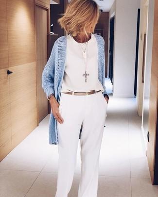 Как и с чем носить: голубой открытый кардиган, белый шифоновый топ без рукавов, белые широкие брюки, золотой кожаный ремень