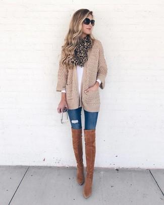 Как и с чем носить: светло-коричневый вязаный открытый кардиган, белая футболка с длинным рукавом, синие рваные джинсы скинни, табачные замшевые ботфорты