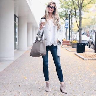 Как и с чем носить: белый вязаный открытый кардиган, белая футболка с длинным рукавом, темно-синие джинсы скинни, серые замшевые ботильоны