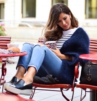 Бело-темно-синяя футболка с длинным рукавом в горизонтальную полоску: с чем носить и как сочетать женщине: Бело-темно-синяя футболка с длинным рукавом в горизонтальную полоску и голубые рваные джинсы скинни помогут создать несложный и функциональный ансамбль для выходного дня в парке или торговом центре. В паре с этим образом гармонично выглядят черные кожаные слипоны.