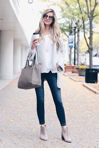Как и с чем носить: серый открытый кардиган, белая футболка с длинным рукавом, темно-синие джинсы скинни, серые замшевые ботинки челси