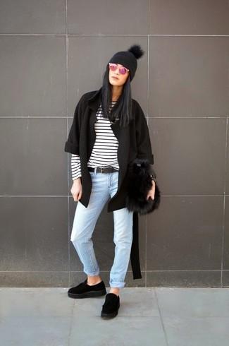 Как и с чем носить: черный открытый кардиган, бело-черная футболка с длинным рукавом в горизонтальную полоску, голубые джинсы, черные замшевые лоферы на платформе