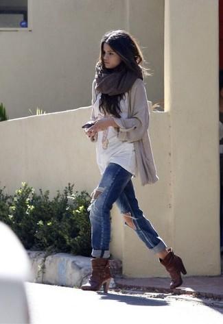 Как Selena Gomez носит Бежевый вязаный открытый кардиган, Белая футболка с круглым вырезом с принтом, Синие рваные джинсы-бойфренды, Темно-коричневые кожаные ботильоны
