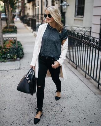 Как и с чем носить: белый открытый кардиган, темно-серая футболка с круглым вырезом, черные рваные джинсы скинни, черные замшевые лоферы