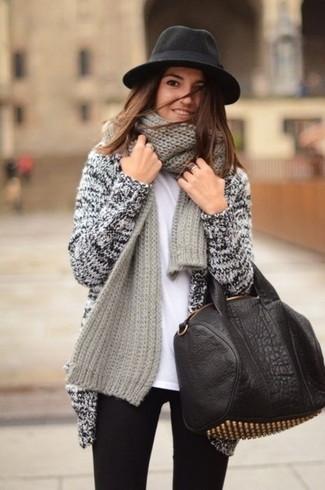 Как и с чем носить: серый вязаный открытый кардиган, белая футболка с круглым вырезом, черные джинсы скинни, черно-золотая кожаная большая сумка с шипами