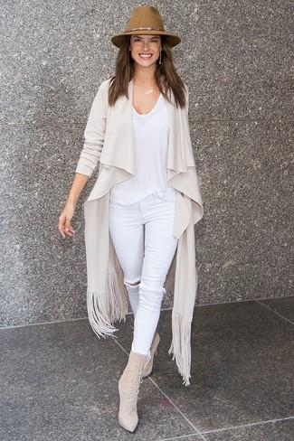 Как и с чем носить: бежевый открытый кардиган, белая футболка с круглым вырезом, белые рваные джинсы скинни, бежевые замшевые ботильоны на шнуровке