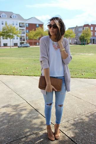 Как и с чем носить: серый открытый кардиган, белая футболка с круглым вырезом, голубые рваные джинсы скинни, коричневые кожаные балетки