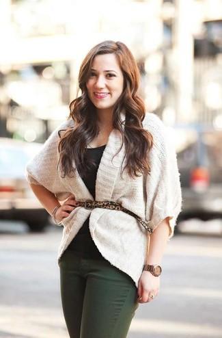 Как и с чем носить: белый вязаный открытый кардиган, черная футболка с круглым вырезом, темно-зеленые джинсы, светло-коричневый замшевый ремень с леопардовым принтом