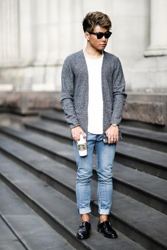 Как и с чем носить: серый открытый кардиган, белая футболка с круглым вырезом, голубые джинсы, черные кожаные монки