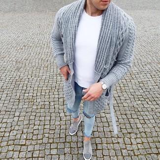 Как и с чем носить: серый вязаный открытый кардиган, белая футболка с круглым вырезом, голубые рваные зауженные джинсы, серые замшевые низкие кеды