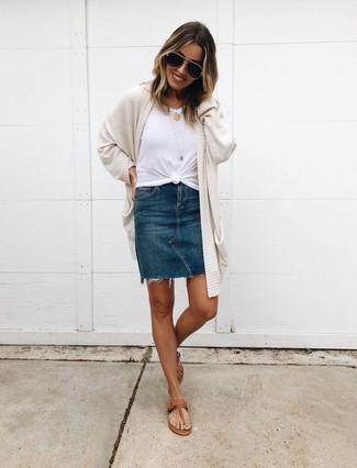 Как и с чем носить: бежевый открытый кардиган, белая футболка с круглым вырезом, темно-синяя джинсовая мини-юбка, коричневые кожаные вьетнамки