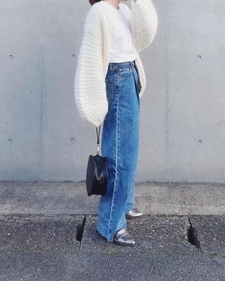Как и с чем носить: белый вязаный открытый кардиган, белая футболка с круглым вырезом, синие джинсовые широкие брюки, серебряные кожаные лоферы