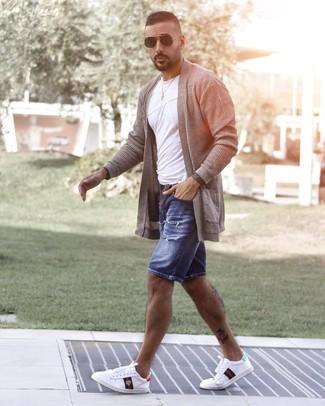 Как и с чем носить: серый открытый кардиган, белая футболка с круглым вырезом, синие джинсовые рваные шорты, белые низкие кеды с принтом