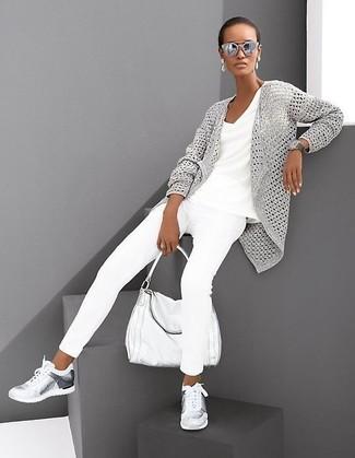 Как и с чем носить: серый вязаный открытый кардиган, белая футболка с v-образным вырезом, белые джинсы скинни, серебряные кроссовки
