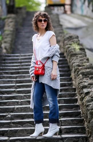 Как и с чем носить: серый вязаный открытый кардиган, белая футболка с v-образным вырезом, синие джинсы, белые кожаные ботильоны на шнуровке