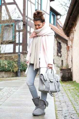 Как и с чем носить: розовый палантин, белая меховая безрукавка, белый свитшот, голубые джинсы скинни
