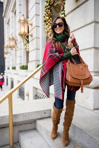 Как и с чем носить: красно-темно-синий палантин в шотландскую клетку, темно-зеленая вязаная водолазка, темно-синие джинсы скинни, коричневые замшевые ботфорты