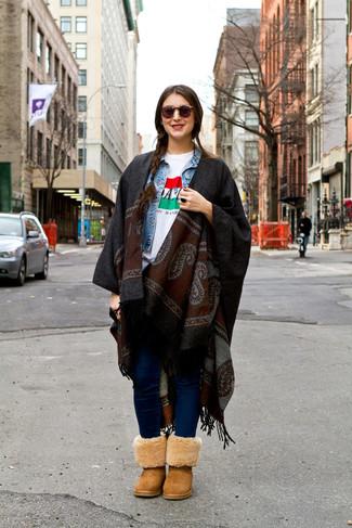 Светло-коричневые угги: с чем носить и как сочетать: Голубая джинсовая куртка в паре с темно-синими джинсами скинни не прекращает покорять сердца стильных женщин. Если сочетание несочетаемого привлекает тебя не меньше, чем безвременная классика, заверши этот лук светло-коричневыми угги.