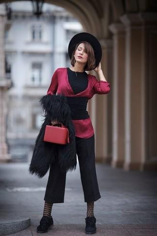 Как и с чем носить: черный палантин, черная короткая шуба, черная футболка с круглым вырезом, красная шелковая блузка с длинным рукавом